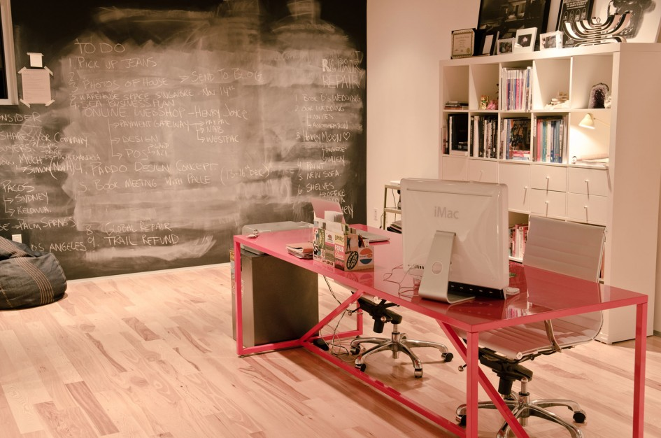 fad-residence-15-work-place-design-of-interior-design-red-iron-table-imac-write-wall-945x626